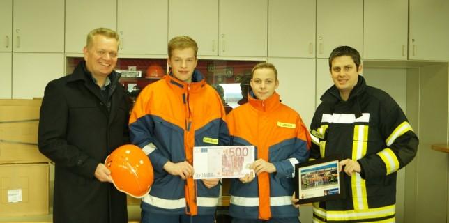 Herr Frankemölle (Vorstand der Volksbank Gescher eG) überreichte eine Spende an die Jugendfeuerwehr, die u.a. die Anschaffung der neuen Helme ermöglichte